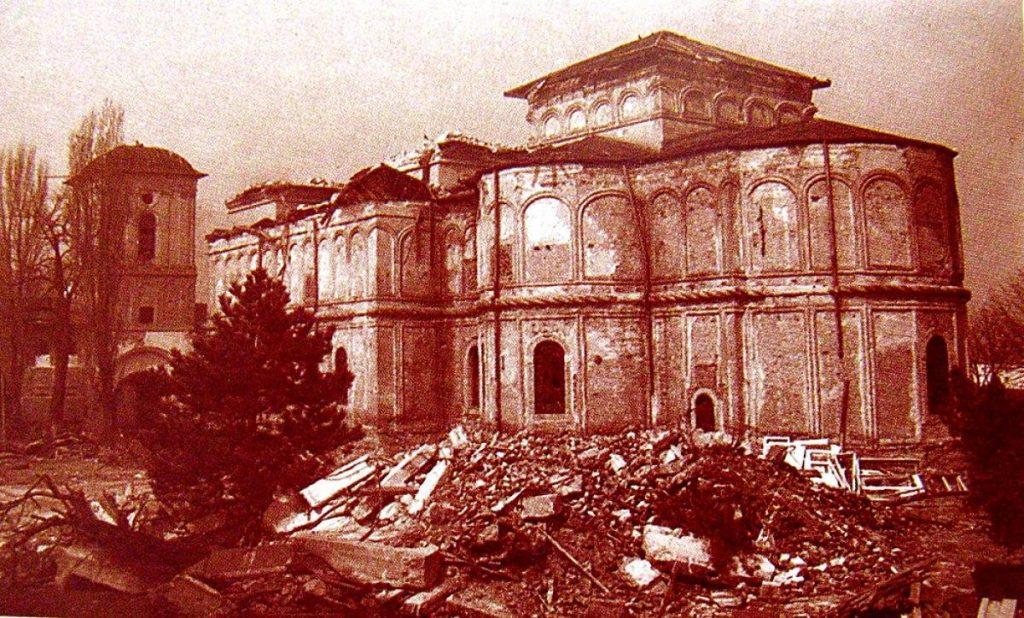 Imagini cutremurãtoare din timpul demolãrii Mãnãstirii Vãcãresti