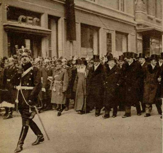 Regele Carol al II-lea, membrii guvernului, reprezentanții autorităților militare și oaspeții, în procesiune de la Biserica Zlătari spre Cheiul Dâmboviței