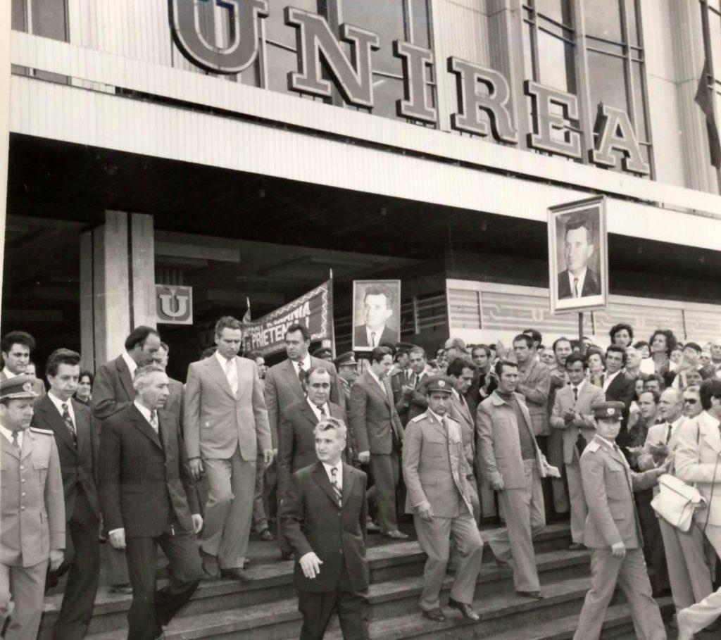 """Conducători de partid şi de stat la inaugurarea magazinului """"Unirea"""" din Capitală. (2 septembrie 1976) Sursa:""""Fototeca online a comunismului românesc"""", cota183/1976"""