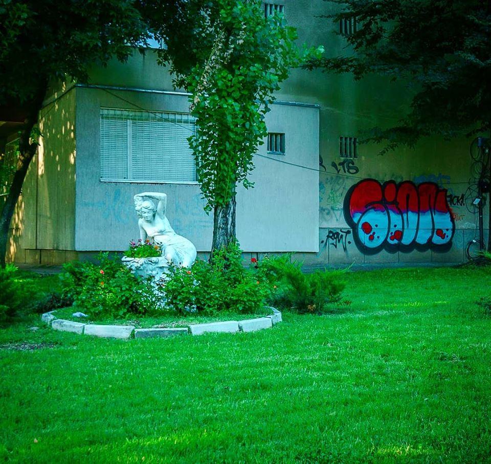 statuie grădină bloc Berceni